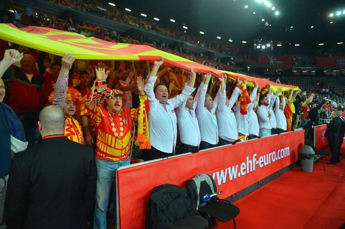 ФОТО: Фалангата развиори џиновско македонско знаме