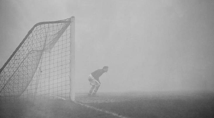 10 минути бранел сам: Голман не забележал дека натпреварот е прекинат поради густа магла (ФОТО)