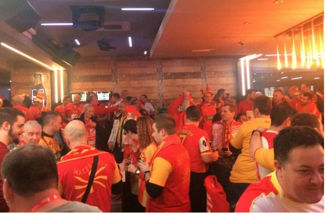 ПОБЕДНИЧКА АТМОСФЕРА: Се е спремно за старт, македонска навивачка песна ечи во Загреб (ВИДЕО)