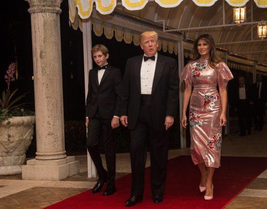 Фустан или завеса за бањање: И пофалби и шеги за изгледот на Меланија Трамп (ФОТО)