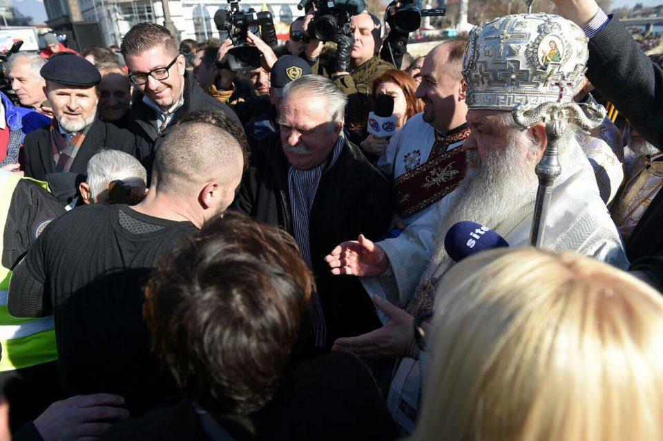 ФОТО: Претседателот на ВМРО-ДПМНЕ Мицкоски и Трајановски на фрлањето на крстот во Скопје