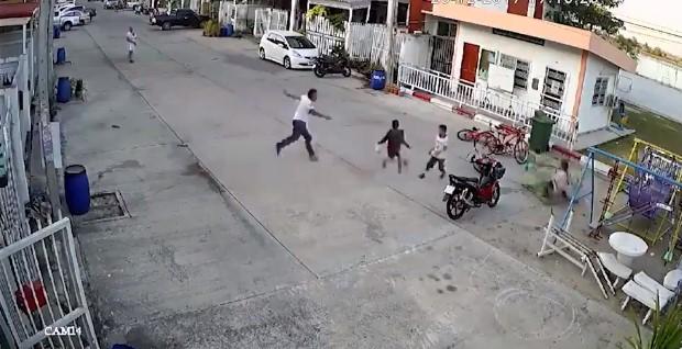 Без причина нападна детенце на улица, а потоа се појавија минувачи и доби што заслужува (ВИДЕО)