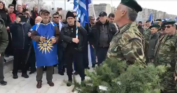 ВИДЕО: Грчката војска пред споменикот на Александар Македонски порача дека Македонија е грчка