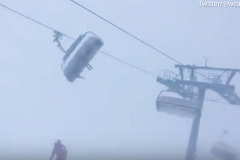 Ветрот ги расфрлуваше на сите страни: Останаа заробени на жичарата сред морничаво невреме во Австрија (ЗАСТРАШУВАЧКО ВИДЕО)