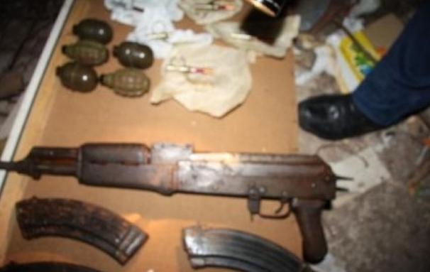 Полицијата откри и заплени повеќе парчиња оружје и муниција при претрес во Ченто
