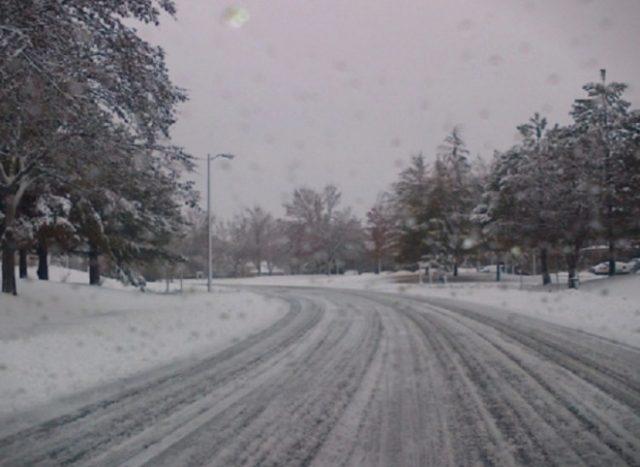 Влажни коловози на патиштата, снег на Шапка, Стража, Буково и Маврово