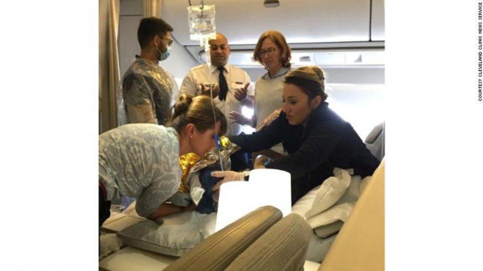 Породување на 11.000 метри над земјата: Се наместил да го преспие летот, но болките почнале