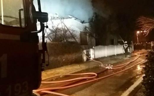 ДЕТАЛИ: Вчерашниот пожар во Лисиче до темел пеплоса една куќа, се проширил и на соседната