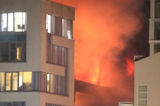 Најмалку 1.400 автомобили уништени во пожар во гаража во Ливерпул