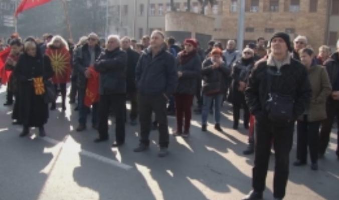 Протест пред Собрание против двојазичноста