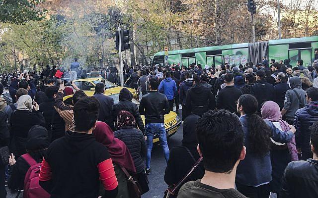 Крвави протести во Иран, најмалку 9 убиени