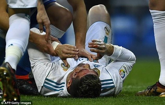 ВИДЕО: Роналдо со раскрварена глава, извади мобилен да ја види повредата