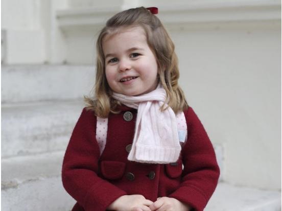 Принцезата Шарлот тргна во градинка: Сите се разнежнија од нејзините фотографии (ФОТО)