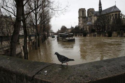 Франција плива во вода: Се најавува уште дожд (ФОТО)