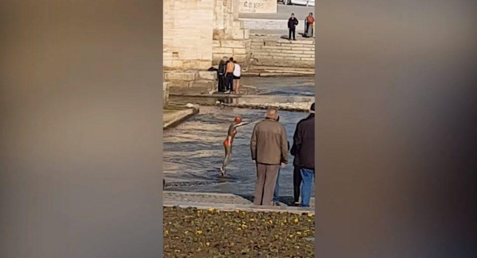 ВИДЕО: Познато зошто девојката скокнала во Вардар- објавена аматерска снимка како ѝ викаат и ја тепаат