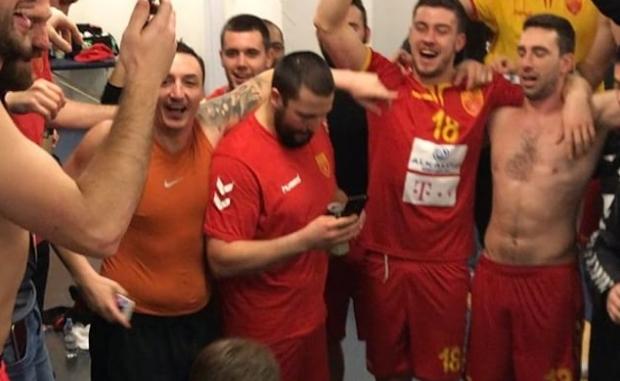 """ВИДЕО: """"Бисер балкански"""" ечи во соблекувалната, ракометарите заслужено слават"""