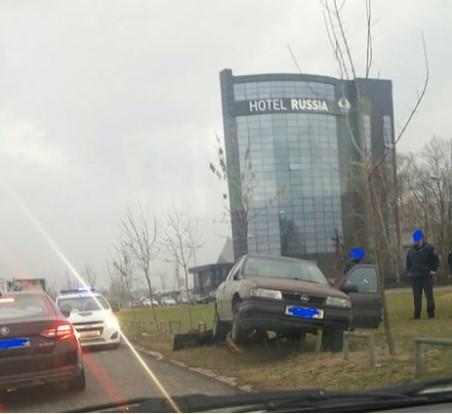 ФОTО: Автомобил излета од патот во скопски Аеродром