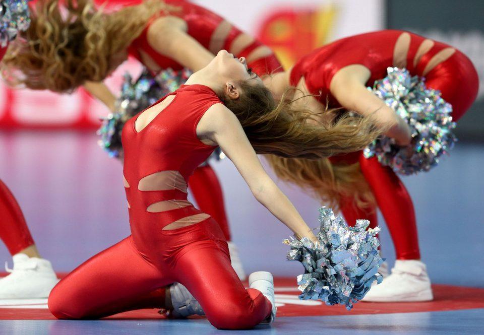 ФОТО: Покрај вакви жешки танчерки, ракометот е во втор план