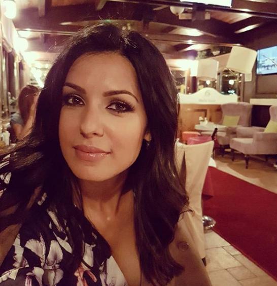 Фановите загрижени: Тања Савиќ елката ја украси со шишиња од омилениот алкохол, а под елката наместо подароци цела гајба! (ФОТО)