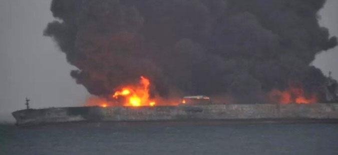 Се уште гори пожарот на иранскиот танкер, потрага по екипажот