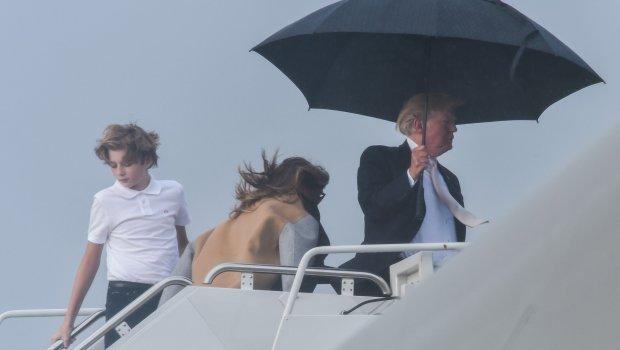 ФОТО: Трамп ги остави Меланија и синот Барон да накиснат на дождот