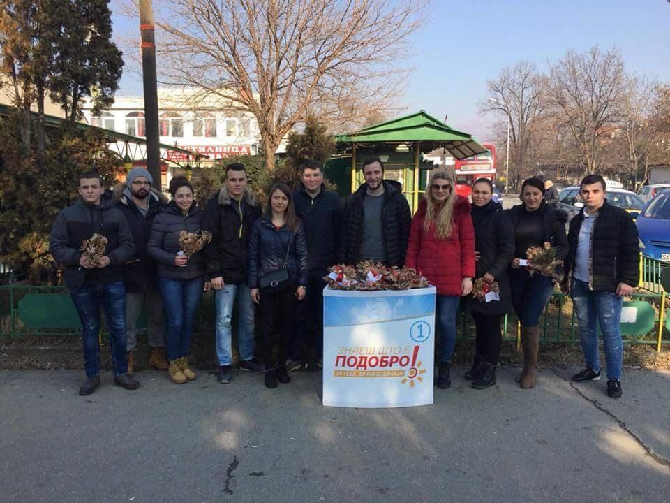 ФОТО: УМС на ВМРО-ДПМНЕ традиционално делеше бадникови гранчиња