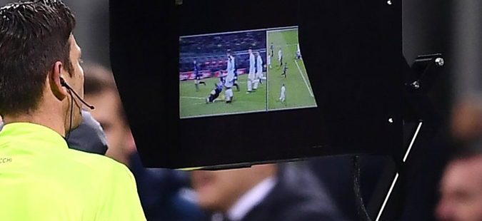 ВАР технологијата влезе и во англискиот фудбал, но јавноста разочарана- судијата не поништи игра со рака