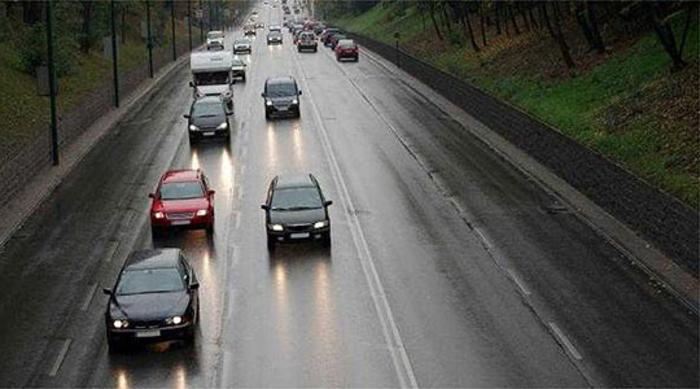 Сообраќајот на патиштата во влажни коловози