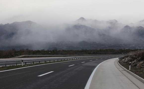 Сообраќајот на државните патишта се одвива непречено по влажи коловози – АМСМ со препорака да се вози внимателно на овие делници!