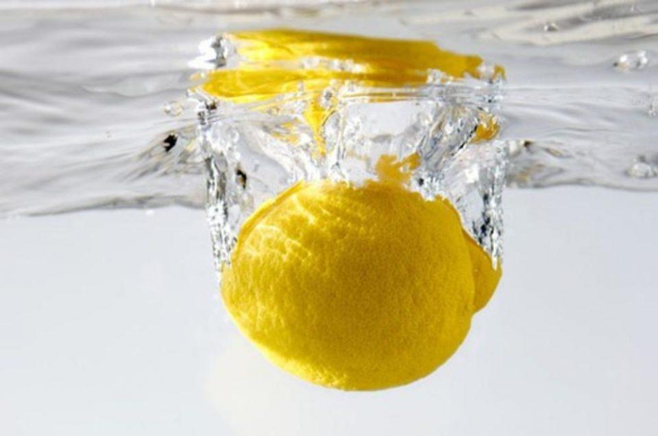 Неколку причини зошто наутро треба да се пие топла вода со лимон