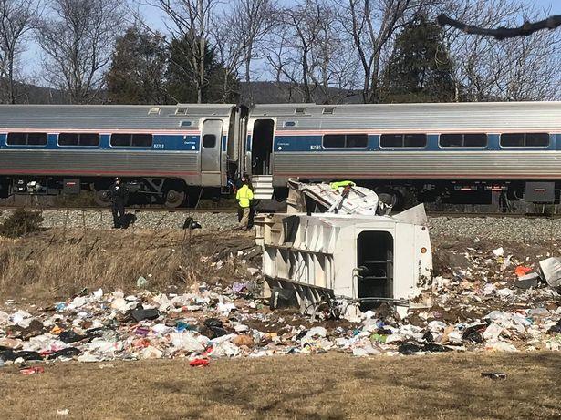 Страшни фотографии: Воз со американски конгресмени удри во камион, едно лице загина