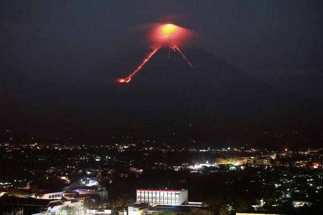 Светло црвена лава тече од вулканот Мајон
