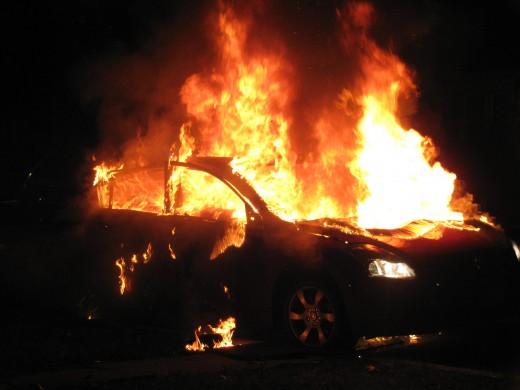 Целосно изгоре автомобил во Скопје