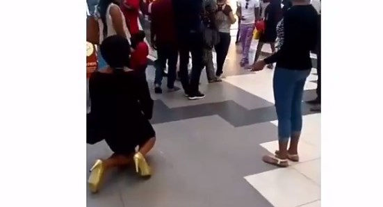 ВИДЕО: Девојка клекна и го запроси момчето, а тој и го скрши срцето