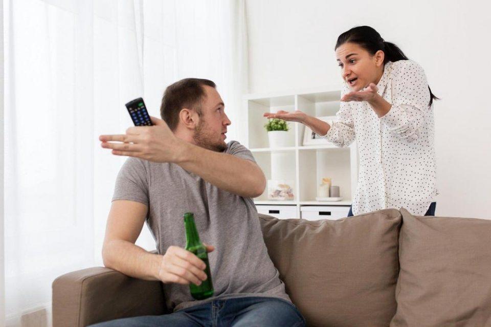 Му го земала далечинското додека гледал натпревар: Маж ја уби својата сопруга затоа што му го сменила каналот