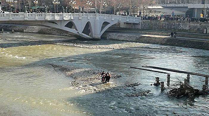 ФОТО: Жена спасена од давење, драма во реката Вардар