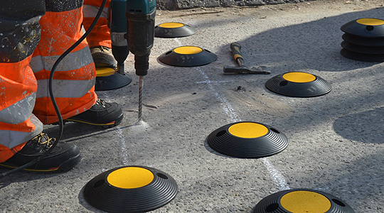 Во Кавадарци се поставуваат пластични пречки за да го спречат брзото возење