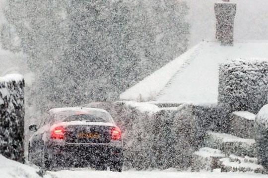 Проблеми во Даблин поради снегот, распоредени лебот и млекото