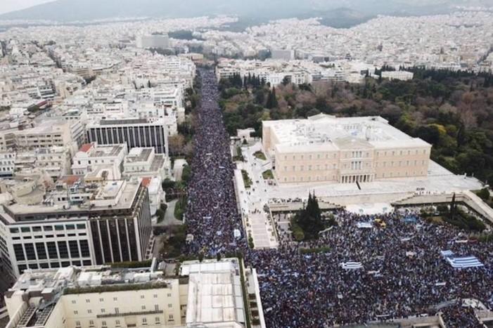 Над 140.000 Грци во Атина порачаа: Нема друг избор освен референдум на кој ќе се изјасни грчкиот народ