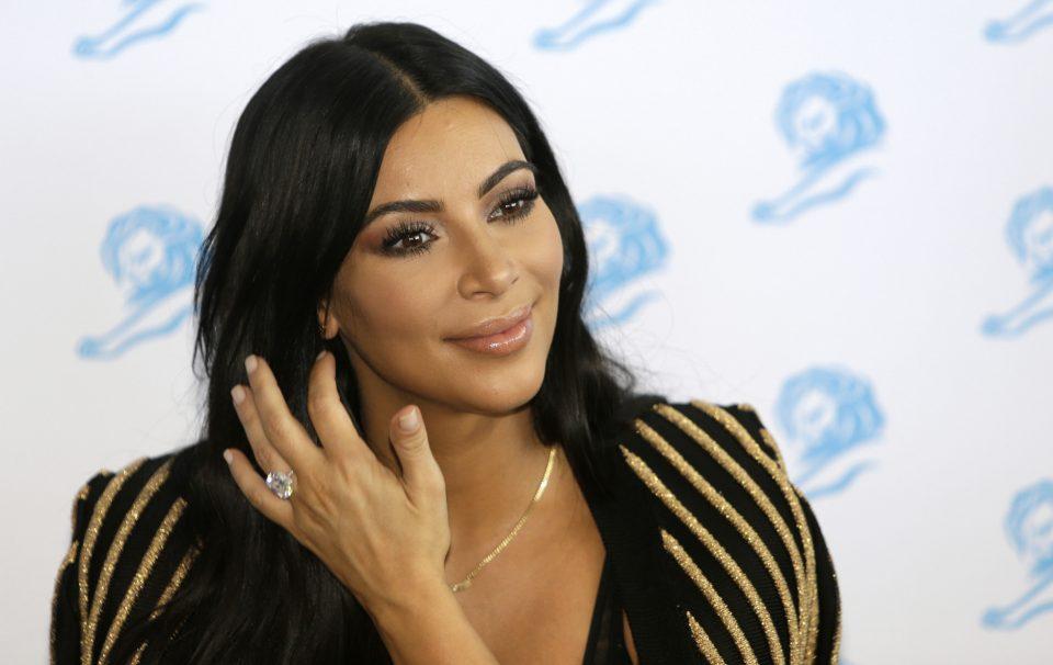 Ким Кардашијан пред сите операции: Тврди дека лицето никогаш не го корегирала, но овие фотографии го покажуваат спротивното (ФОТО)