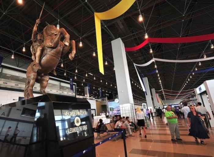 ФОТО: Го отстрануваат споменикот на Александар Македонски од скопскиот аеродром