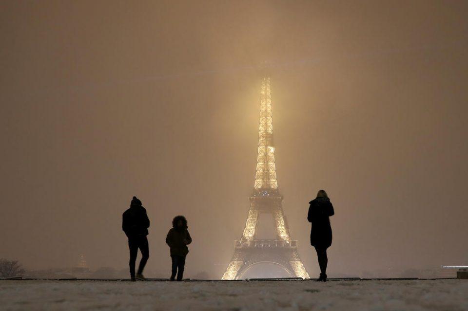 Колапс во градот на љубовта: Поради наврнатиот снег, затворена Ајфеловата кула (ФОТОГАЛЕРИЈА)