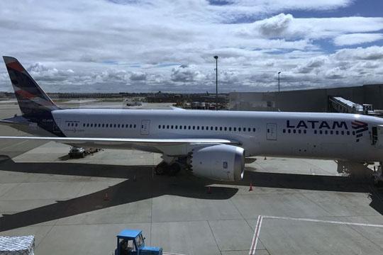 Двајца патници загинаа при пад од авион: Немале билети па се криеле кај тркалата