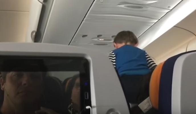 """ВИДЕО: """"Демонско"""" дете во авион, патниците револтирани од (не)реакцијата на неговата мајка"""