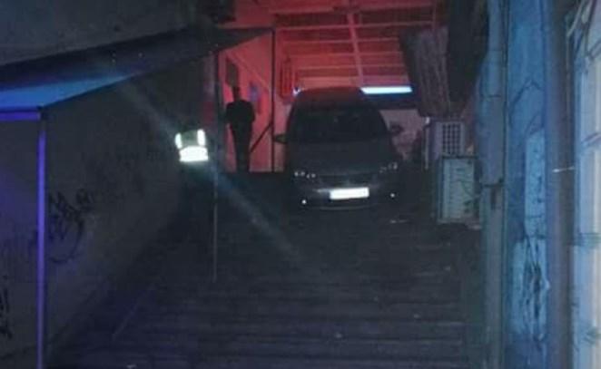 ФОТО: Автомобил се заглави на скалите во центарот на Струмица
