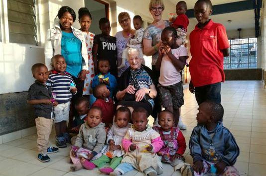Баба на 93 години замина во Кенија да волонтира во сиропиталиште