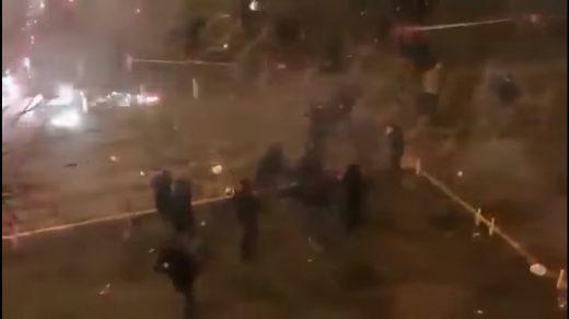 ХАОС: Тепачка меѓу шпански и руски навивачи, почина полицаец (ВИДЕО)