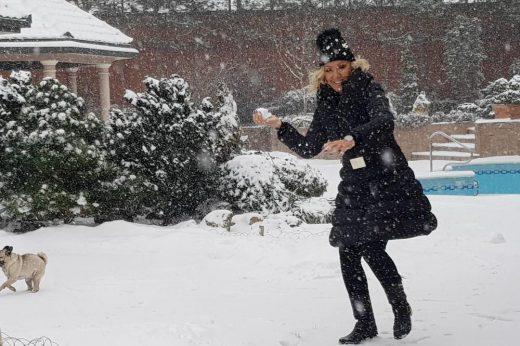 Се радува како мало дете: Еве како Лепа Брена ужива во зимската магија (ФОТО)