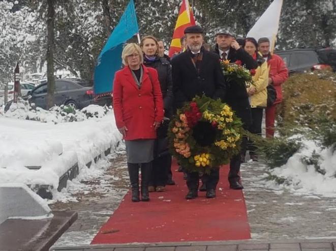 Делегација на ВМРО-ДПМНЕ положи свежо цвеќе на гробот на Трајковски