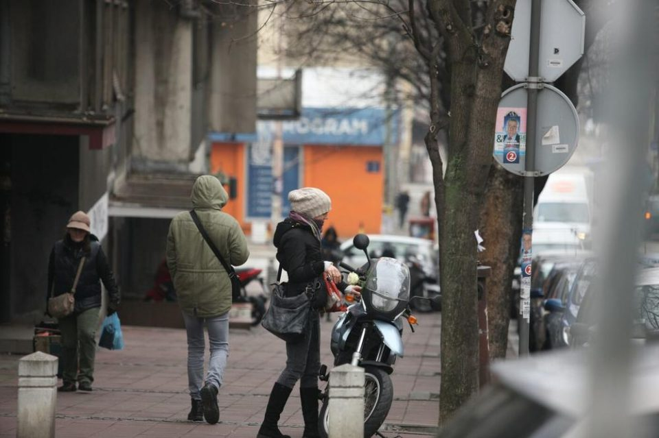 ФОТО: Тага пред домот на Глоговац, непозната девојка остави бела роза на неговиот мотор